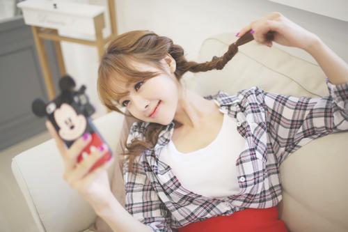 Image result for دخی کره ای با گوشی